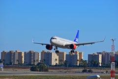 Aterrizaje de aviones de pasajero del SAS en el aeropuerto de Alicante Fotos de archivo libres de regalías