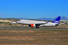 Aterrizaje de aviones de pasajero de las líneas aéreas del SAS Scandanavian en el aeropuerto de Alicante Fotos de archivo libres de regalías