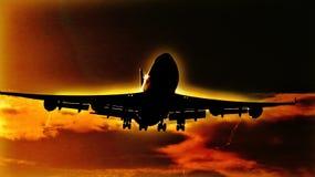 Aterrizaje de aviones por la mañana Sun Fotografía de archivo libre de regalías