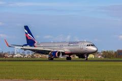 Aterrizaje de aviones ruso de Airbus A320 de las líneas aéreas de Aeroflot Foto de archivo libre de regalías