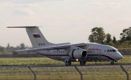 Aterrizaje de aviones ruso de las líneas aéreas An-148-100B en la pista Imagen de archivo