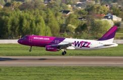 Aterrizaje de aviones de UR-WUB Wizz Air Airbus A320 en la pista Fotos de archivo libres de regalías