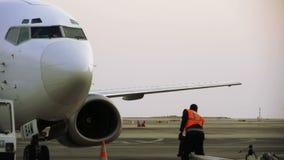 Aterrizaje de aviones y de la salida de pasajeros en Niza el aeropuerto terminal almacen de metraje de vídeo