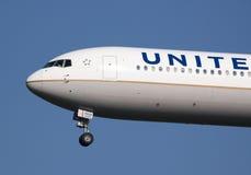 Aterrizaje de B767 United Airlines Imagenes de archivo