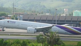 Aterrizaje de Boeing 777 del aeroplano almacen de video