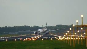 Aterrizaje de Boeing 777 de los emiratos almacen de video