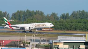 Aterrizaje de Boeing 777 de los emiratos almacen de metraje de vídeo