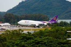 Aterrizaje de Boeing 747 Thai Airways fotos de archivo libres de regalías