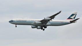 Aterrizaje de Cathay Pacific Airbus A340 en el aeropuerto de Changi Imagen de archivo libre de regalías