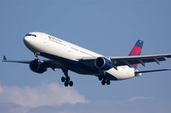 Aterrizaje de Delta Airlines B767 Imagenes de archivo