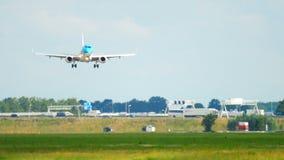 Aterrizaje de Embraer 190 del cityhopper de KLM metrajes