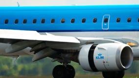 Aterrizaje de Embraer 190 del cityhopper de KLM almacen de metraje de vídeo