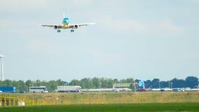 Aterrizaje de Embraer 190 del cityhopper de KLM almacen de video