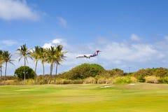 Aterrizaje de Hawaiian Airlines del avión de la isla de Kawaii en el kawaii de Hawaii con el sol Imagen de archivo
