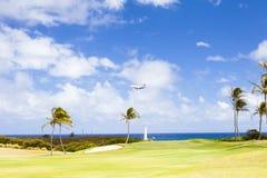 Aterrizaje de Hawaiian Airlines del avión de la isla de Kawaii en el kawaii de Hawaii con el sol Fotos de archivo libres de regalías