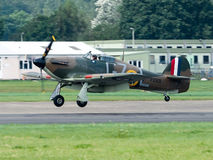 Aterrizaje de Hurricane GZL P2921 del vendedor ambulante en el campo de aviación de Dunsfold fotos de archivo libres de regalías