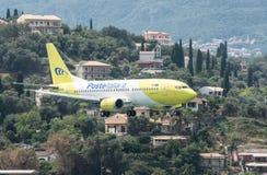 Aterrizaje de Italia Boeing 737 de los posts Fotos de archivo libres de regalías