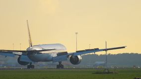 Aterrizaje de Jet Airways Boeing 777 almacen de video