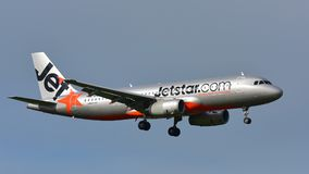 Aterrizaje de Jetstar Airways Airbus A320 en el aeropuerto internacional de Auckland Fotos de archivo libres de regalías
