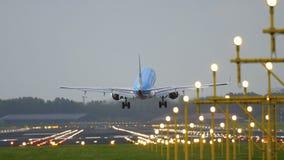 Aterrizaje de KLM Cityhopper Embraer 175 Fotos de archivo