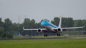 Aterrizaje de KLM Cityhopper Embraer 175 almacen de metraje de vídeo