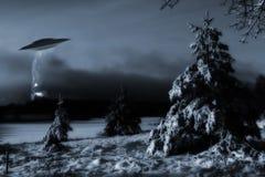 Aterrizaje de la nave espacial en paisaje frío del invierno Fotos de archivo