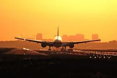 Aterrizaje de la salida del sol del aeroplano Foto de archivo libre de regalías