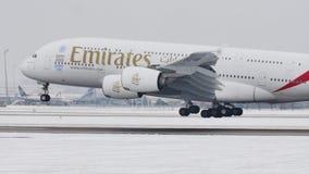 Aterrizaje de las líneas aéreas A380 de los emiratos en la pista nevosa, librea 2020 de la EXPO