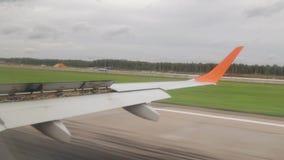 Aterrizaje de los aviones, la visión desde la ventana La visión desde el aeroplano mientras que aterriza almacen de metraje de vídeo