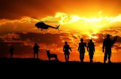 Aterrizaje de los soldados del ejército en la puesta del sol imagen de archivo libre de regalías