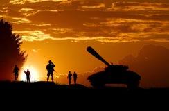 Aterrizaje de los soldados del ejército en la puesta del sol imagen de archivo
