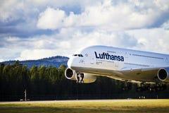 Aterrizaje de Lufthansa A380 Imágenes de archivo libres de regalías