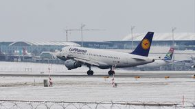 Aterrizaje de Lufthansa Airbus A319-100 D-AILT en el aeropuerto de Munich, en nieve metrajes