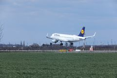 Aterrizaje de Lufthansa Airbus A320-200 D-AIUO en aeropuerto Fotos de archivo