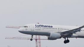 Aterrizaje de Lufthansa Airbus en el aeropuerto de Munich, MUC, nieve almacen de metraje de vídeo
