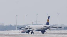 Aterrizaje de Lufthansa Airbus A320-200 en el aeropuerto de Munich, MUC, nieve metrajes