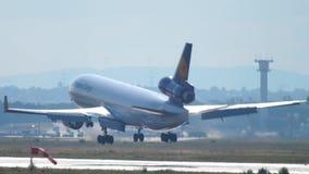 Aterrizaje de Lufthansa Cargo MD-11 almacen de metraje de vídeo