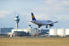 Aterrizaje de Lufthansa A319 en Schiphol fotografía de archivo