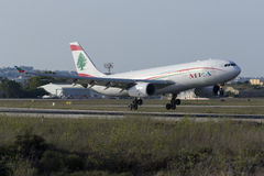 Aterrizaje de MEA Airbus 330 Fotos de archivo libres de regalías