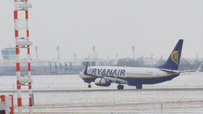 Aterrizaje de Ryanair Boeing 737-800 EI-EXD en pista nevosa