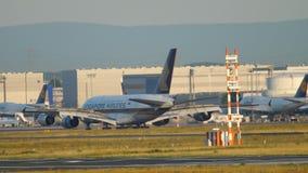 Aterrizaje de Singapore Airlines Airbus A380 almacen de metraje de vídeo