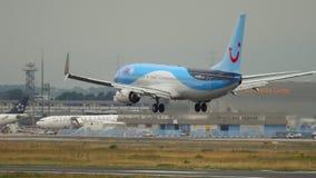 Aterrizaje de TUIfly Boeing 737 almacen de metraje de vídeo