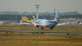 Aterrizaje de TUIfly Boeing 737 almacen de video