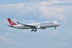 Aterrizaje de Turkish Airlines Airbus A330 en el aeropuerto de Estambul Ataturk Foto de archivo