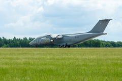 Aterrizaje de un avión militar Antonov An-178 del transporte Imágenes de archivo libres de regalías