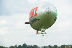 Aterrizaje de un dirigible - dirigible - zepelín foto de archivo libre de regalías