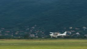 Aterrizaje de un pequeño avión en una pista concreta almacen de metraje de vídeo