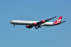 Aterrizaje de Virgin Atlantic Airbus A340 foto de archivo