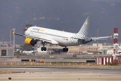 Aterrizaje de Vueling Airbus A320 en Barcelona Fotos de archivo