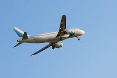 Aterrizaje de Yamalaero Airbus A320 en el aeropuerto internacional de Pulkovo Foto de archivo